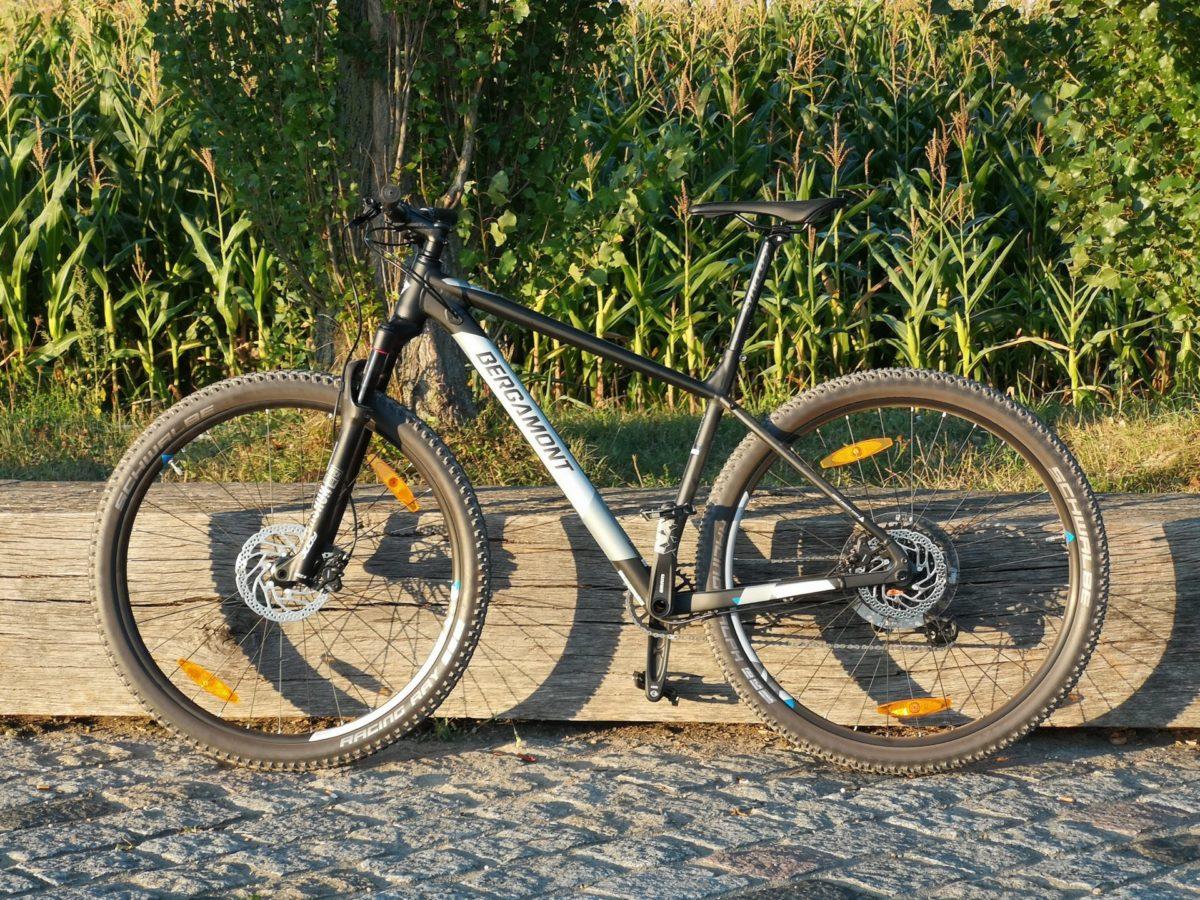 Mountainbike das an einem Holzbalken lehnt